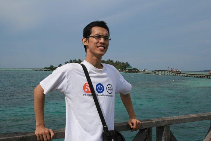 Ini gw :D (di belakang gw adalah Pulau Tidung Kecil)