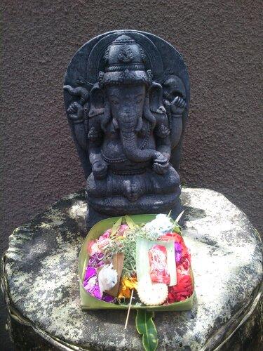 Canang (sesajen) di depan patung
