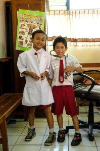 Anak SD memakai kostum dokter dengan stetoskopnya