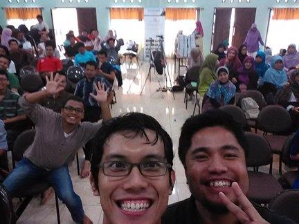Selfie dengan peserta kopdar Jamaah Online Shop (JOS)